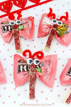 Valentine Candy Love Bugs Craft - Becky Fletchall - Valentine Candy Love Bugs Craft A great DIY for kids that they can take to school and share with classmates. Valentine Candy Love Bugs Craft or Butterfly Treats is the way to go for kid-approved fun. Valentinstag Party, Easy Diys For Kids, Valentine's Day Crafts For Kids, Kids Diy, Valentine Gifts For Kids, Valentine Day Crafts, Valentine Ideas, Homemade Valentines, Valentines Sweets