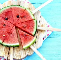 Summer Picnic Hacks and Ideas for Outdoor Movie Nights Sommer Picknick Ideen Wassermelone am Stiel Watermelon Hacks, Watermelon Pizza, Watermelon On A Stick, Watermelon Popsicles, Watermelon Crafts, Watermelon Designs, Watermelon Slices, Deco Fruit, Outdoor Movie Nights