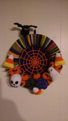 7 Creatively Crocheted Halloween Wreaths from the Crochet Crowd Challenge! Crochet Crowd, Crochet Fall, Holiday Crochet, Crochet Home, Crochet Crafts, Yarn Crafts, Casa Halloween, Halloween Crafts, Halloween Decorations