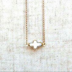 Colgante perla en forma de cruz