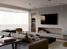 A lareira divide o espaço com a TV no projeto da arquiteta Olivia Messa (Foto: Edu Castello e Maíra Acayaba/ Editora Globo)