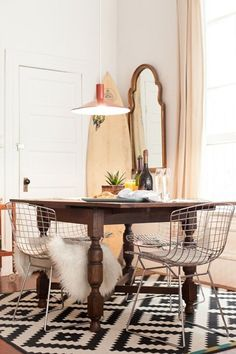 The Modern Mix: 10 Ways to Work Vintage Pieces into Modern Interiors !!! Try pairing a traditional table with modern chairs.