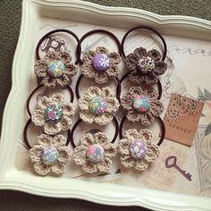 かぎ針編みのお花のヘアゴム♪ くるみボタンはリバティで(*´ `*) たちあおいマルシェに持って行きます♡ #ハンドメイド#かぎ針編み #ヘアゴムハンドメイド  #リバティプリント