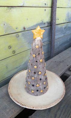 Svícen+Vánoční+strom+s+talířkem+Ručně+modelované,+zatírané+oxidy,+částečně+glazované.+Pod+stromeček+se+může+dát+čajová+svíčka,+která+skrz+otvory+ve+stromečku+prosvítá.+Talířek+se+může+obložit+třeba+cukrovím.