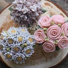 #Bomnalcake 꽃피는봄날 케이크 #플라워케이크#꽃피는봄날케이크#앙금플라워#떡케익#떡케이크#앙금플라워떡케이크#먹스타그램#맛스타그램#버터플라워케이크#버터플라워#버터플라워케익#일상#instafood#foodstagram#Bomnalcake#Flowercake Korean Buttercream Flower, Buttercream Flower Cake, Baking Cupcakes, Cupcake Cakes, Fab Cakes, Yummy Cakes, Flower Pot Cake, Dessert Decoration, Cake Decorations