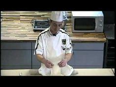 http://fairedupain.fr Comment faire ses baguettes maison: En tant qu'expatrié vous n'avez pas forcément le luxe d'avoir une boulangerie au coin de la rue. Vo...