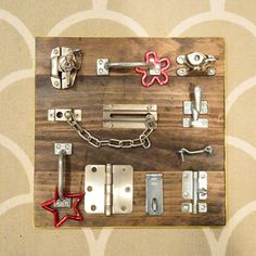 Last minute homemade gift: a DIY latch board for kids – DIY: do it yourself – Busy Board Busy Boards For Toddlers, Board For Kids, Diy For Kids, Diy Toys For Toddlers, Infant Activities, Activities For Kids, Science Activities, Diy Busy Board, Busy Board Baby