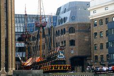 El Golden Hinde, el barco del pirata Drake que en el siglo XVI surcó los mares a las órdenes de la reina Isabel I de Inglaterra, persiguiendo barcos españoles. La reina por estos trabajillos, le nombró Sir, Sir Francis Drake. En Londres.