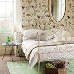 wohnideen schlafzimmer vintage grün beige blumentapeten