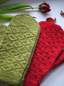 Mittens with one colour. Knitted Mittens Pattern, Knit Mittens, Knitted Gloves, Knitting Socks, Hand Knitting, Knitting Stitches, Knitting Patterns, Yarn Inspiration, Fingerless Mittens