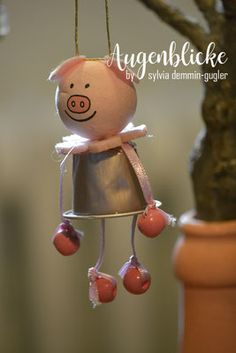 Basteln mit Nespressokapseln, Nespresso, Kaffeekapsel, Blumenkinder, Tiere, Hase, Katze, Maus, Bär, Schwein Kinderleichte Figuren zum Hängen oder Sitzen Holiday Ornaments, Christmas Diy, Holiday Decor, Diy Crafts To Do, Crafts For Kids, Diy Silvester, Altered Tins, Crafty, Flower Children