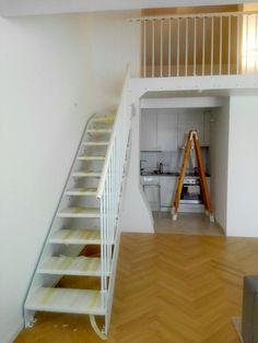 Eine platzsparende Treppe - Modell Laser in weiß - www.formstep.at Stairs, Loft, Bed, Design, Furniture, Home Decor, Spiral Stair, Space Saving, Deutsch
