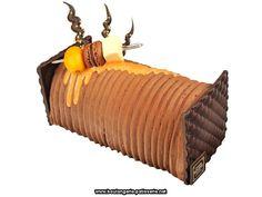 Belle alliance - Christophe Roussel  Le mariage du chocolat et de l'orange, un classique que Christophe Roussel ne cesse de réinventer : la bûche Belle Alliance se compose d'une mousse de chocolat noir (grand cru Guanara), d'un crémeux à l'orange et d'un biscuit sacher, le tout posé sur un croustillant noisette.  Très graphique, la bûche Belle Alliance est décorée d'une mousse au chocolat au lait peignée, pulvérisée de chocolat noir. Un glaçage à l'orange et une mini-brochette guimauve, macar... Christophe Roussel, Macaron, Icing, Desserts, Grand Cru, Chefs, Decorations, Orange, Marshmallow