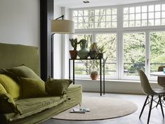 A small round carpet can bring great comfort. Natural Living, Cosy, Curves, Windows, Flooring, Furniture, Design, Home Decor, Wood
