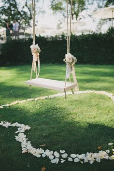Oh my gosh! I'm so in love with these precious wedding ideas for floral tree swings. They aren't a brand new novelty, but good gracious they make for romantic photos! Umm I know its a lot to ask, but if you can throw in a decked-out swing with your wedding decor, please do!