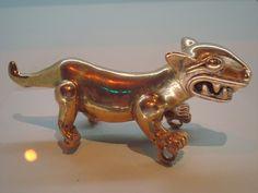 Colgante de oro con forma de jaguar. Los indígenas del Caribe sur y el Pacífico sur de Costa Rica elaboraban estos objetos zoomorfos como símbolos de clanes y de rango. Museo del Oro, San José.