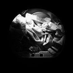 Trockne deine feuchten Kleider in Rekordzeit, indem du ein sauberes, trockenes Handtuch mit den restlichen Kleidungsstücken hineinschmeißt.