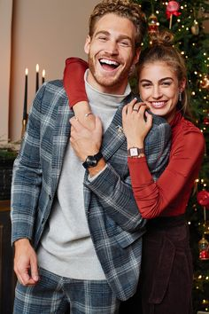 Best Creative Gifts For Him - Outdoor Click Photo Poses For Couples, Best Photo Poses, Couple Photoshoot Poses, Couple Photography Poses, Couple Posing, Cute Couples, Baby Christmas Photos, Christmas Portraits, Christmas Couple