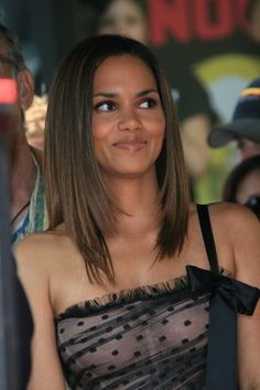 Celebrity Beauty Looks Halle Berry Pixie, Halle Berry Style, Halle Berry Hot, Halle Berry Oscar, Halley Berry, Celebrity Hairstyles, Beautiful Black Women, Sensual, Pretty Face