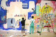 Artists at work on giant canvas. 巨大ライブペイント中アーティスト達。Tokyo, Japan