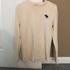Men's white long sleeve muscle tee Men's white long sleeve muscle tee with moose logo on the front left chest area and written logo down the left arm. Good condition with minimal turn of color due to well water Abercrombie & Fitch Tops Tees - Long Sleeve