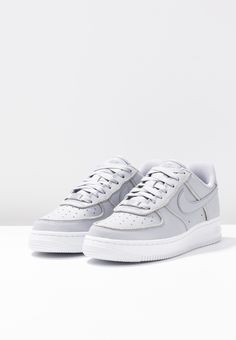 13d197d87ee Nike Sportswear AIR FORCE - Matalavartiset tennarit - wolf grey pure  platinum white -