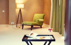 Lusito Di'sign Servírovací stolek s podnosem Elegantní masívní odkládací stolek krásně doplňuje dřevěné nohy našich lamp. Praktický samostatný tác se hodí pro pohodlné servírování občerstvení nebo třeba snídaně. Stolek se dá díky lehké konstrukci se jednoduše přemístit, aby byl šálek s kávou či oblíbená knížka vždy po ruce. Složený nezabírá téměř žádné místo.