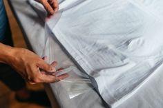 Do trička vložíme igelit, aby nám barvy neprosákly skrz látku.
