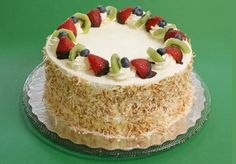 Dovete festeggiare un compleanno e non volete preparare il solito pan di Spagna come base per la torta di compleanno? Volete provare a fare una pasta molto molto soffice indicata proprio per confez…