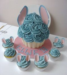 Lilo and stitch cake & cupcakes Lilo And Stitch Cake, Lelo And Stitch, Lilo Y Stitch, Disney Stitch, Cupcake Fimo, Cupcake Cakes, Disney Cupcakes, Giant Cupcakes, Cupcake Original