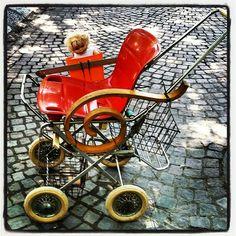 #riciclocreativo  passeggino con seggiolino da barca, pezzo di sedia a dondolo, ruote di passeggino anni 70, cestini da bicicletta e braccio metallico di divano letto