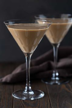 Your party will be the talk of the town when these Kahlúa Chocolate Martinis are on the menu! Chocolate Martini, Cacao Chocolate, Chocolate Liqueur, Chocolate Swirl, Chocolate Flavors, Cocktail Desserts, Dessert Drinks, Cocktail Recipes, Holiday Drinks