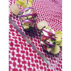 • aguacates rellenos: apio, pepino, champiñones, chile de árbol, cebolla morada, pimienta negra, orégano, jitomate, cilantro, limón, aguacate & sal || • stuffed avocado: celery, cucumber, mushroom, chile arbol, red onion, black pepper, oregano, tomato, cilantro, lemon, avocado & himalaya salt  #vegan #rawvegan #rawfood #avocado #salad #saladoftheday #vegano #veganismo #saladlover #crudivegano #raw #eatclean #eathealthy #healthyfood #stuffedavocado #govegan #vegansofig #veggielover