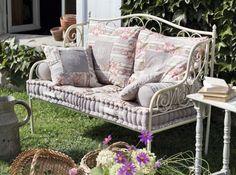 Résultats Google Recherche d'images correspondant à http://cdn-maison-deco.ladmedia.fr/var/deco/storage/images/art_decoration/dossiers/objets-et-accessoires/quoi-de-neuf-chez-comptoir-de-famille/banquette-de-jardin/499319-1-fre-FR/Banquette-de-Jardin_w641h478.jpg