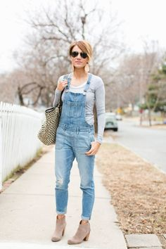 How To Style Overalls: 14 Stylish Ideas To Try Love overalls, but don't want to look like a farmer? This post will teach you how to style overalls and give you 14 stylish ideas you can try yourself. Denim Overalls Outfit, Long Overalls, Skinny Overalls, Black Overalls, Overalls Women, Overalls Fashion, Overalls Style, Jean Overalls, Outfits With Overalls