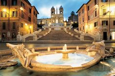 Piazza di Spagna e le scale di Trinità dei Monti con l'omonima chiesa sullo sfondo