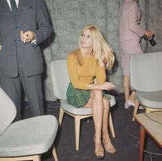 French actress Brigitte Bardot at London Airport, September - fashion beauty Bridgitte Bardot, Retro Mode, Vintage Mode, Style Année 60, Style Icons, 60s Icons, Girl Style, 1960s Fashion, Vintage Fashion
