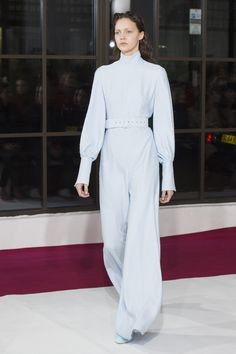 The complete Emilia Wickstead Fall 2018 Ready-to-Wear fashion show now on Vogue Runway. 2010s Fashion, Live Fashion, Fashion Week, Runway Fashion, Women's Fashion, London Fashion, Dress Fashion, Costume Collection, Fashion Show Collection
