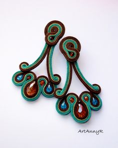 Soutache earings by Artannyr stunning design! Soutache Necklace, Beaded Earrings, Earrings Handmade, Beaded Jewelry, Handmade Jewelry, Soutache Pattern, Soutache Tutorial, Bijou Box, Bijoux Diy
