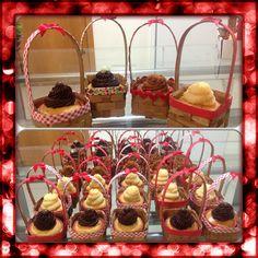 Cupcake para festa da chapeuzinho vermelho e tb pic nic! www.facebook.com/mimosdacris  Instagram: @mimosedeliciasdacris www.mimosedeliciasdacris.blogspot.com