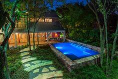 piscine hors sol, maison en bois, éclairage de piscine en bleu, salon de jardin en bois