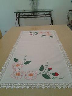 Caminho de mesa com flores, e acabamento com renda guipir.