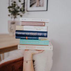 Bücherstapel auf Hand balanciert #Regram via @CKJ6e5DLiQg