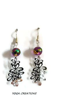"""Boucles d'oreilles en perle de verre couleur améthyst reflets doré et bleu/vert et breloque """"guirlande de fleur"""" en métal argenté : Boucles d'oreille par yogacreations"""