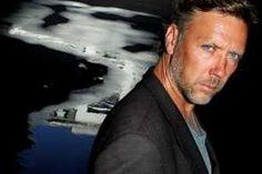 """Glæd jer, drenge og piger - Mikael Persbrandt er suveræn som Hamilton i den nye Guillou-filmatisering """"I nationens interesse"""" med danske Kathrine Windfeld som instruktør. Daniel Craig og gummianden Bond har fundet sin skandinaviske overmand..."""