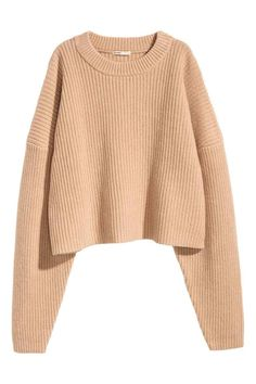 Pull en laine: QUALITÉ PREMIUM. Pull court en maille de laine épaisse enrichie d'une touche de cachemire. Modèle avec couture d'épaule descendue et encolure en maille côtelée.