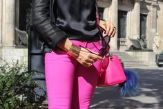 Pantalones en fucsia y bolso también, cazadora en negro y top en negro pompón en azulón
