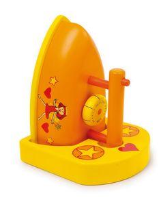 """Bügeleisen Leonie.  Wunderschön lackiert ist das aus Holz gearbeitete Bügeleisen mit Ablagebrett aus der beliebten """"Leonie-Serie""""! Ein Drehknopf bietet Kinderfingern noch mehr Spaß am Spiel mit den Puppenkleidern und Bügelbrett."""
