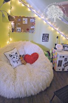 I love the bean bag chair thing it would be cool to have in our new room. Also like the pillows but I would use the sharpie thing