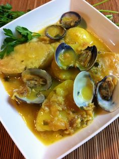 Patatas A La Importancia Con Almejas Spanish Food, Cucumber, Curry, Food And Drink, Health Fitness, Menu, Healthy Recipes, Healthy Food, Tasty